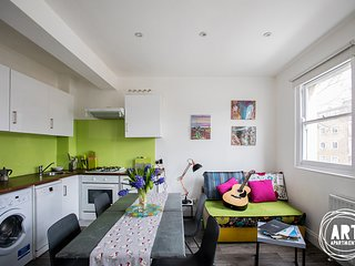 Islington bright & colorful apartment