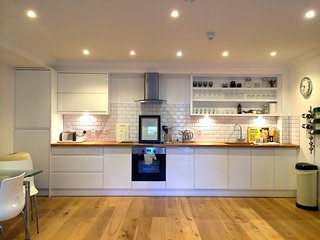 Contemporary clean open-plan pied a mer. 55 mins from London, 5 mins to the sea!