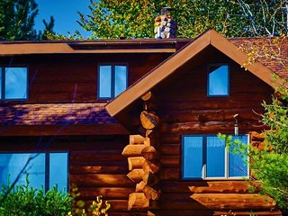 PET FRIENDLY, NATURAL LOG HOME, 2 PRIVATE ACRES, FACING 1200 ACRE LAKE