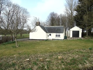 South Lodge, Cosy Cottage in the grounds of a Castle with access to indoor pool