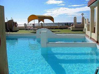 Apartamento 2/4p en 1a linea de mar,con vistas a la playa,piscinas,equipado.WIFI