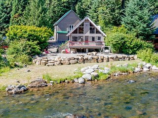 Cozy Retreat on the Yakima River! Just steps to the Water * Hot Tub * WiFi