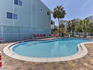 Navarre Townhome w/Deck & Pool -Walk to the Beach!