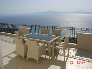 Amazing 2-bed apartment in spectacular villa with stunning sea views