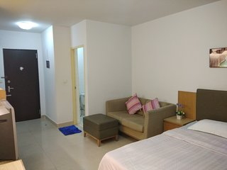 Savi Rooms Deluxe Studio near Bkk/Piyavet hostpital & very close to famous pubs