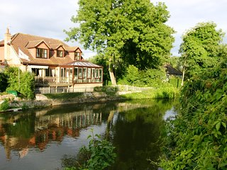 RIVERSIDE, WESTLONDON, ROYAL WINDSOR,FAMILY HOME SLEEPS 7, Free WIFI+PARKING