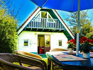 6 pers. house on a typical dutch canal , close to the national park Lauwersmeer