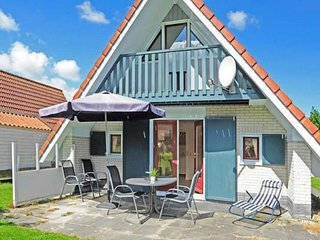 Holiday home at a typical dutch canal, close to the National Park Lauwersmeer