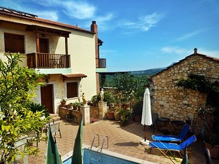 Village close to beaches, house with pool to share