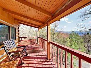 Wooded 3BR + Loft w/ Private Hot Tub, Game Room ? 4 Miles to Downtown