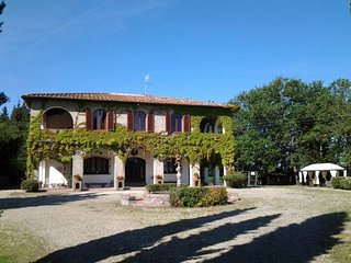 Villa liberty con ampio giardino e parcheggio. Colazione inclusa