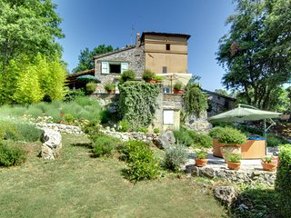 House and 2 cottages with pool, Jacuzzi, bikes, gym 100km northern Rome