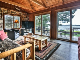 LOST LAKE LOG LAKESIDE CABIN- BEAUTIFUL INSIDE AND OUT-LEVEL LOT- PRIVATE      .