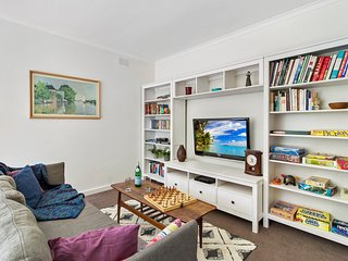 Comfy flat in quiet suburb, close to transport