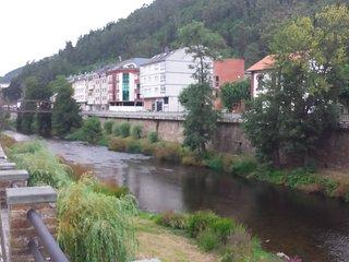 amplio apartamento a orillas de río Eo. Vistas al río.Cerca de montaña y playas
