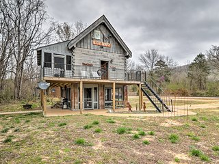 NEW! 'White River Treehouse' Mountain View Cabin!