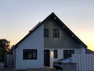 'S'.STUNNING COASTAL HOLIDAY HOME WITH HOT TUB AND PARKING