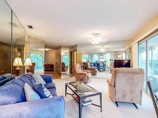 Intercoastal views, minutes from the beach & town w/shared pool and tennis!
