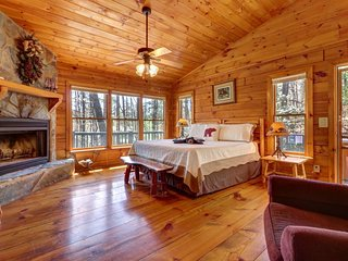Cabin w/private hot tub, large deck, fenced yard, outdoor fire - dogs ok!