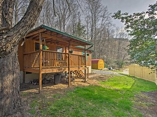 'Balsam Valley Cabin' w/Porch by Blue Ridge Pkwy!