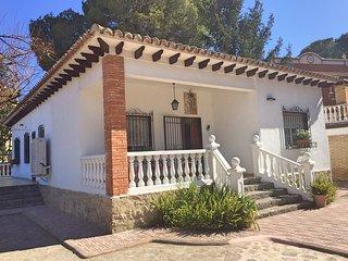 Casa San Rafael. Chalet con gran jardin