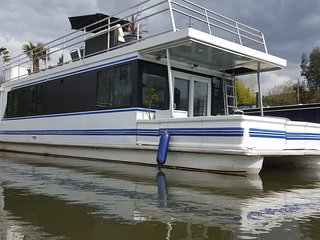 Luxury Floating Home at 'Riverscapes' - with hot tub & roof garden