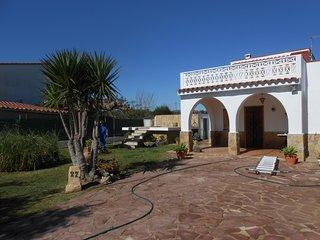 Ref 214.- Casa con gran jardín y parcela, barbacoa y pequeña piscina privada.