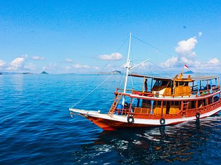 KOMODO TRADITIONAL BOAT AC - PRIVATE CHARTER