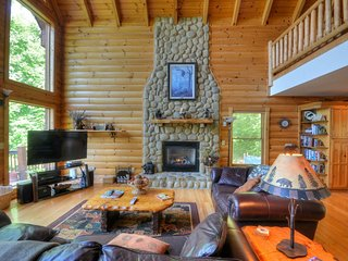 SEPTEMBER SPECIALS! Luxury Cabin, Spectacular View, Hot Tub, Fire Pit & Privacy