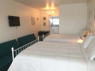 2 S Beach Studios: Jacuzzi-BBQ-Pool. Walk to Everything! Sleeps 12!