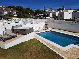 Lovely villa with sea view, private large pool and jacuzzi; free WiFi & parking