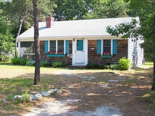 ADORABLE WEST DENNIS COTTAGE -- Very Short Drive to West Dennis Beach
