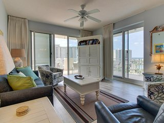 Lake & Gulf views from this condo w/ balcony plus shared fitness room, & pool