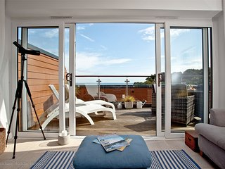 Plover 2 - The Cove - Luxury 2 bed apartment with sea views, balcony, wi-fi & pa