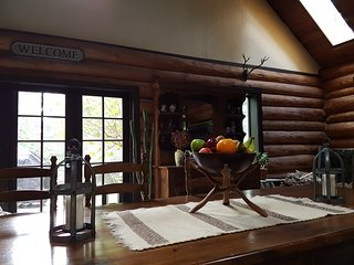 Log House Lodge, 3 bdrms & bthrms, vaulted ceiling, stained glass, french doors