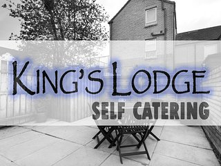KING'S LODGE 3 Bed Apartment & Patio Garden