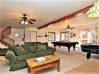 ~Dawson's Peak~Spacious Tri-Level Log Home~Private Hot Tub~Pool Table~