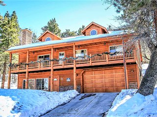 ~Bear Creek Lodge~Custom Upscale Retreat~Pool Table & Wet Bar~Hot Tub~