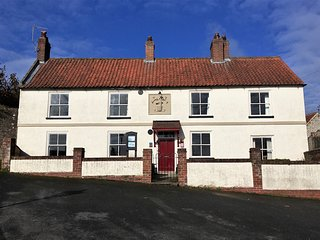 Denmark House, sleeps 8 Grade II listed building with Hot Tub!
