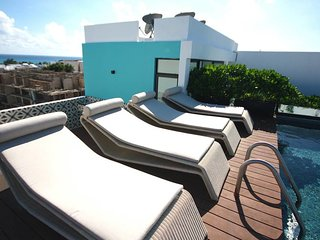 3 Bedroom PentHouse, 8-10 Sleeps, Rooftop Pool, 2 blocks from Beach! ITB501