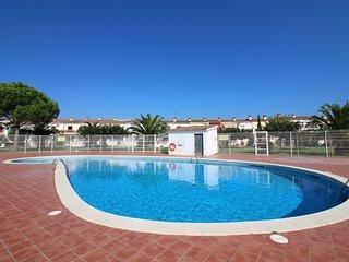 0199-TRIANGULO Casa con piscina comunitaria