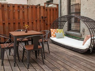 Prime Midtown duplex townhouse with private deck near many NY attractions.