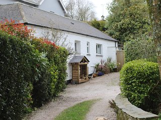 Cottage on the coast path, walking distance to beach and pub, dogs welcome