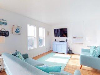 Airy Nye Beach house with ocean views & beach access nearby - dogs OK!