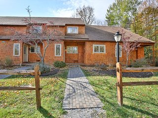 Three bedroom Two bathroom Large End Unit!Short drive to all Base Lodges