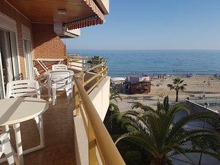 terraza con chiringuito de fondo en la playa