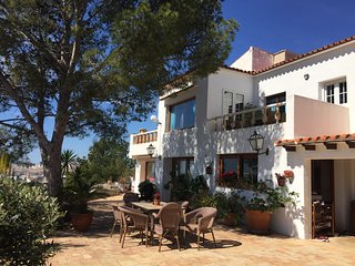 Beautiful villa by the sea for 14 p with 2 swimming pools by the sea