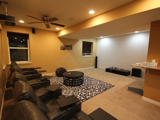Charming 5B/5B house with Home theatre! sleeps 14