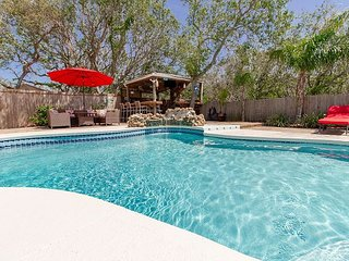 Island Retreat, 3 bedroom, 2 bath, Pool home,Hot Tub,Very close to Beach,WIFI