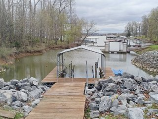 3.5-Acre Gilbertsville Apt on Kentucky Lake w/Dock